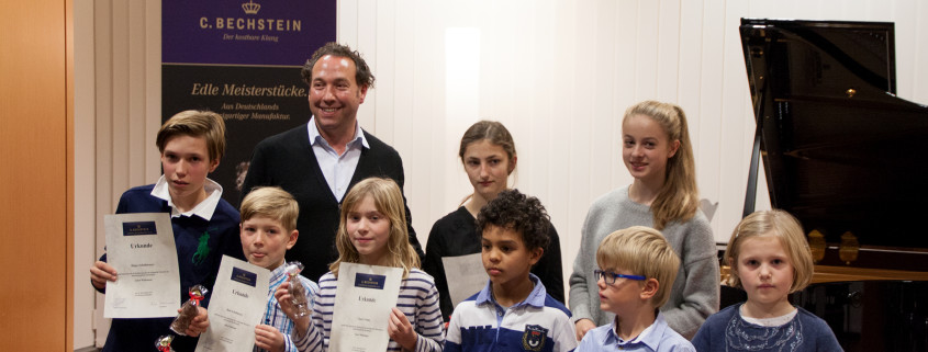 Klavierlehrer Anton Wildemann und seie stolzen Schützlinge beim Schülerkonzert 2016 im Bechstein Centrum Frankfurt.