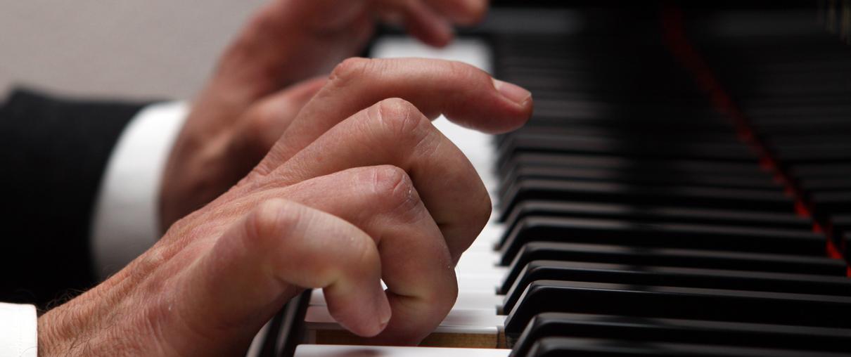 Klavierlehrer Anton Wildemann am Piano